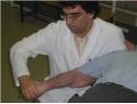 Mobilizzazione neurodinamica del nervo mediano con tecnica di scivolamento prossimo-distale.